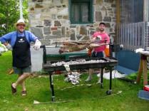 Ainsi, 6 heures plus tard, on déballe l'animal pour le faire griller tendrement. Les cuisiniers ne sont pas peu fiers, avec raison! L'agneau est splendide et ça sent si bon.