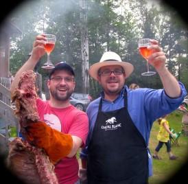 Dominique et Julien, c'est à vous que je lève mon verre! Des cuisiniers extraordinaires qui, malgré des expériences connexes, faisaient le méchoui pour la première fois. Bravo et merci encore!