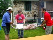 Toujours selon les mêmes conseils judicieux, nous avons ensuite enrobé le tout de papier d'aluminium. L'agneau cuit dans ses jus même sur un feu ouvert.